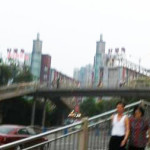 中国のどこかの歩道橋の理解不能な標識