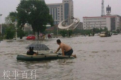 中国の大雨の洪水で避難する姿がリゾート感いっぱい
