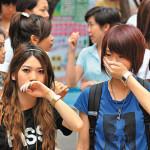 大気汚染で海が霞んでる日の香港の旅行者の記念写真の撮り方