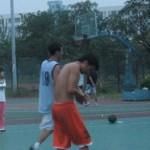 中国の男子のバスケを高みの見物する女子