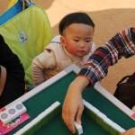 無理やり麻雀につきあわされる中国の子どもたち