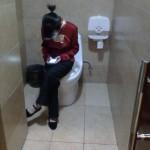堂々と仕事中にトイレでサボる中国のスタッフ