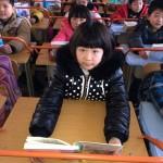 """中国の小学生の新兵器 """"姿勢を正して近視を予防する机"""""""