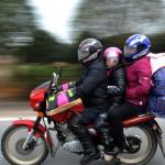ちょっと変った中国の恋人たちのバイクの乗り方