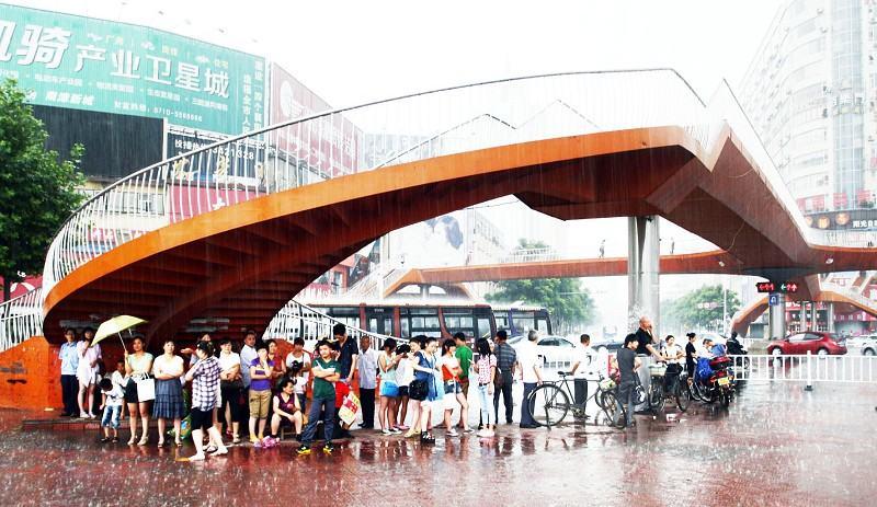大雨の時、中国ではどこで雨宿りしたらいいのか悩んでしまうらしい