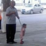 子供を連れて歩く時リードでつなぐのはなぁ…って思っている中国のお母さん