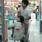 中国のショッピングカートには子供以外も載せます。