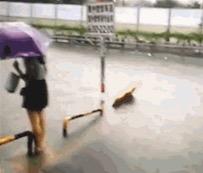 【意外!】大雨に冠水した街を歩くのがかなり難しいことを証明した中国の女の子