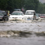 洪水の時に水上を行き来する人たち
