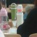 赤ちゃん返り?中国女子は哺乳びんで飲み物をいただきます。