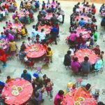 【こんなに?】中国では大勢集まって外で食事をする習慣があります。