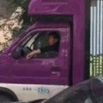 中国の道路を行くディスプレー車がデカデカと表示しているコト