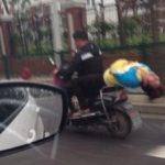 【思わず二度見!】中国の道路で隣を走るバイクがスゴすぎた!!