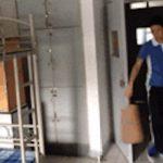 中国男子は学生寮の二段ベッドにあっという間に昇ります