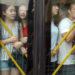 中国の公共バスに乗ろうとした時 超満員だったらどうする?