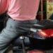 中国ライダーは雨の日はバイクごとバスに乗って移動?