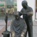 銅像と記念撮影するときに変な工夫をする中国の人たち