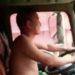 中国男児は暑い夏すっぽんぽんで運転します