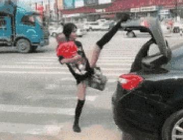 关后备箱 ー トランクを閉めながら美脚自慢する中国女性だけど…