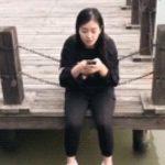 【悲報】中国で流行ったついついスマホを落としてしまうイタズラ