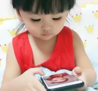 中国の寝たふりしてた女児が見つかった時のリアクションが可愛すぎる