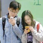 歩きながらのスマホの餌食になる中国の人々