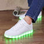 LED発光するスニーカーの中国式使い方
