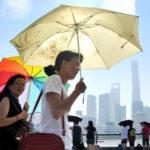 中国女性の夏の外出の必須アイテムの日傘の使い方が変
