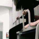 中国女子がスリム自慢のためにするベッドから降りる方法