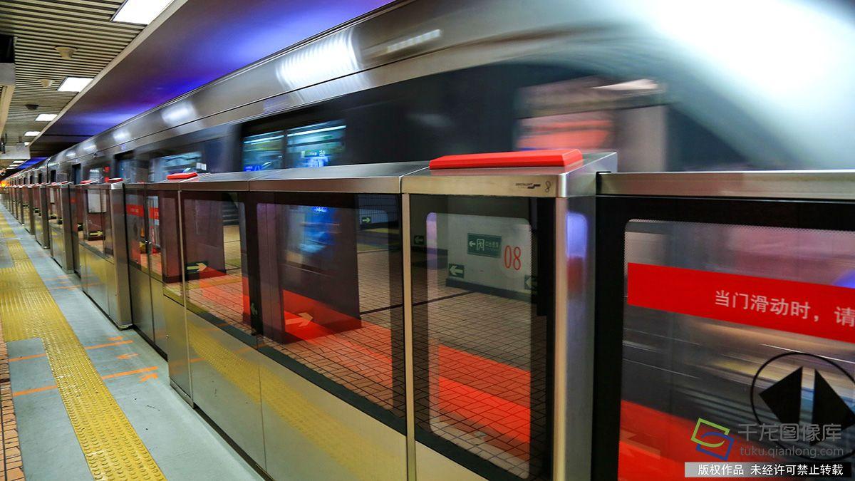 地下鉄利用者の安全のためのホームドアは中国ではかえって危険?