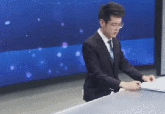 中国のニュースキャスターの映ってない部分