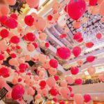 男女のお見合いイベントを盛り上げるショッピングモールの風船の雨