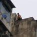 中国の飛び降りを阻止する人たち