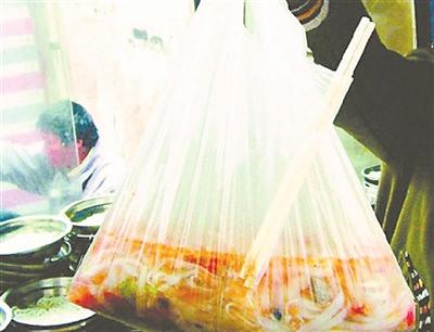 せっかくの出前料理をぜんぜん美味しそうに食べない中国の人々