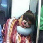 どこでも寝ちゃう中国人がその場で枕にしちゃうもの