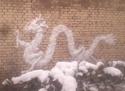 積もった雪で雪だるまがわりに作る雪の龍