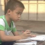 帰りのバイクで勉強する中国の子供達
