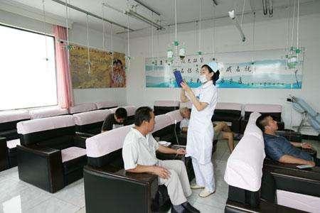 中国の病院から点滴をしながら帰る人