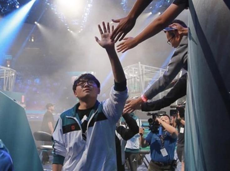 ファンサービスでハイタッチしてくれる中国のスポーツ選手