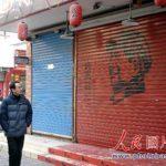 閉店ガラガラ…客がいるのにシャッターを閉める中国のお店
