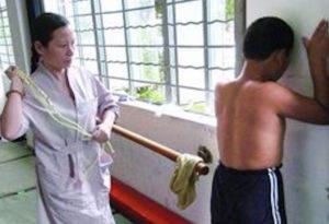 中国教師の体罰の様子