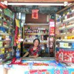 こんなところにお店を構える?商魂たくましい中国の売店