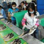 中国の工場で働く人は寝てても仕事をする域に達しています。
