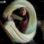 中国の街頭で飴をビヨーンと伸ばしているお店