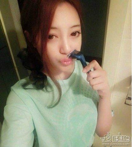髭を剃る中国女子