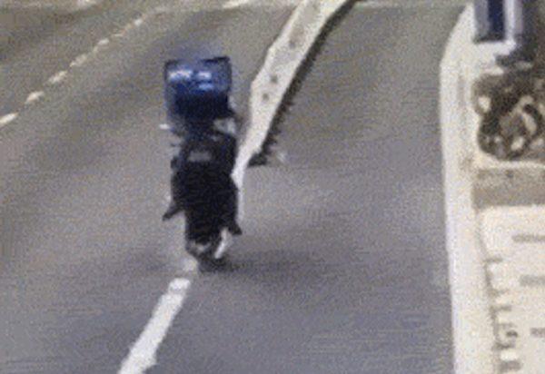謎の正面衝突をする中国のバイク