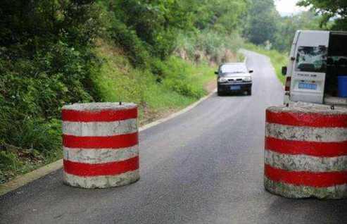 中国の地方の道路にあるバリケード