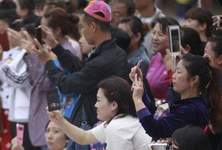 幼稚園の子どもたちにカメラを向ける父兄がホントに撮ってたのがコレ